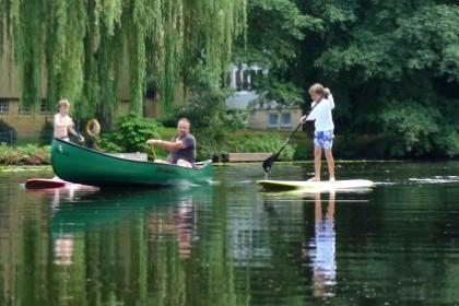 梦见在池塘或湖水中划船是什么意思?-
