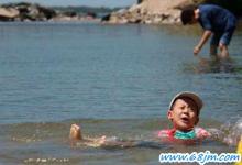 梦见孩子掉入水中、小孩掉入深水中
